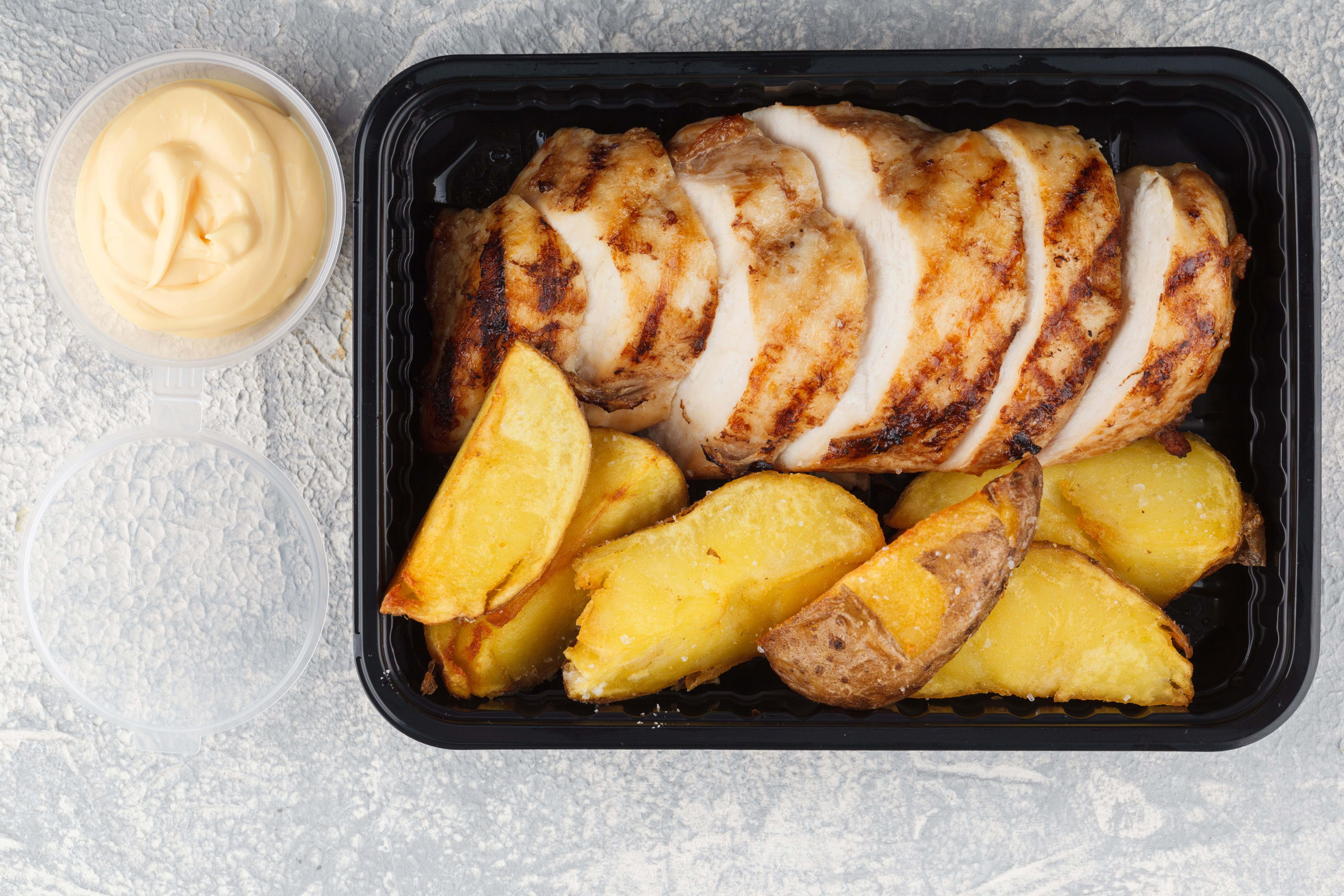 Куриное филе на гриле с картофельными дольками