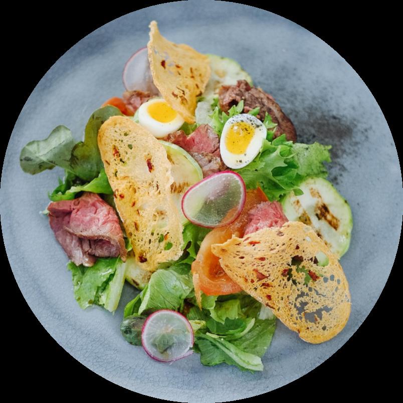 Салат с мраморным ростбифом, томатами конфи с хрустящей чиабаттой