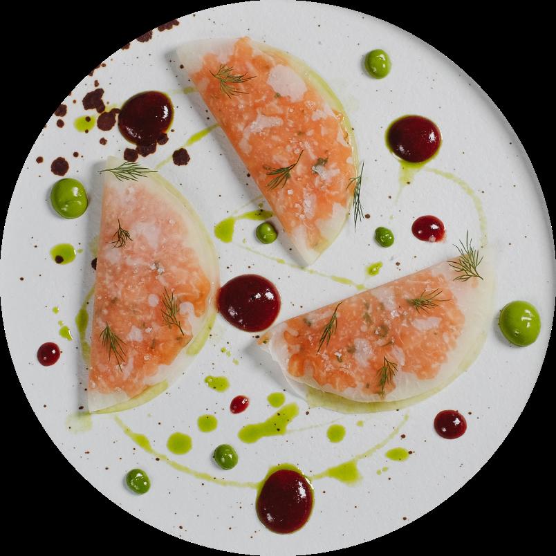 Филе лосося с маринованной Кольраби и соленым крыжовником