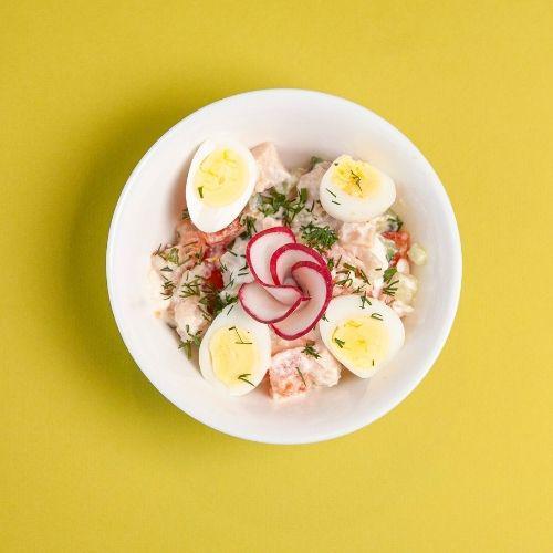 Салат с овощами и  копченой курочкой