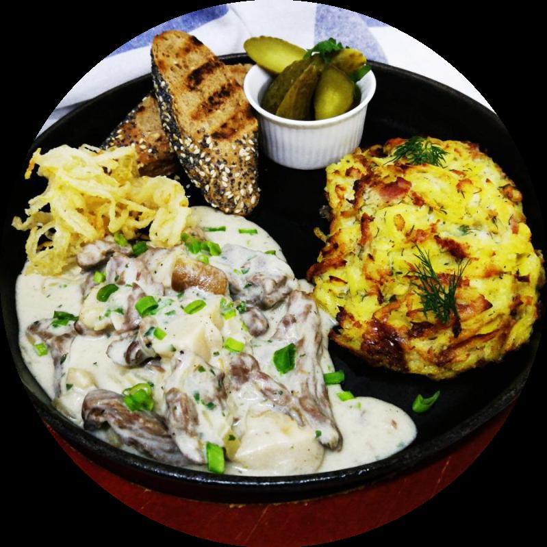 Сковорода бефстроганов с белыми грибами и картофельными драниками