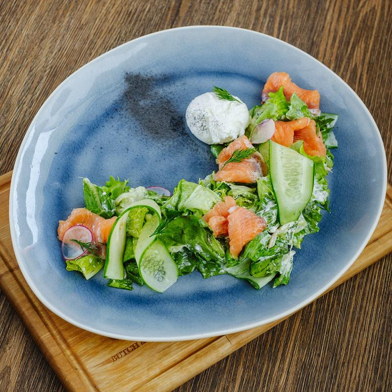 Салат с лососем слабой соли и яйцом пашот