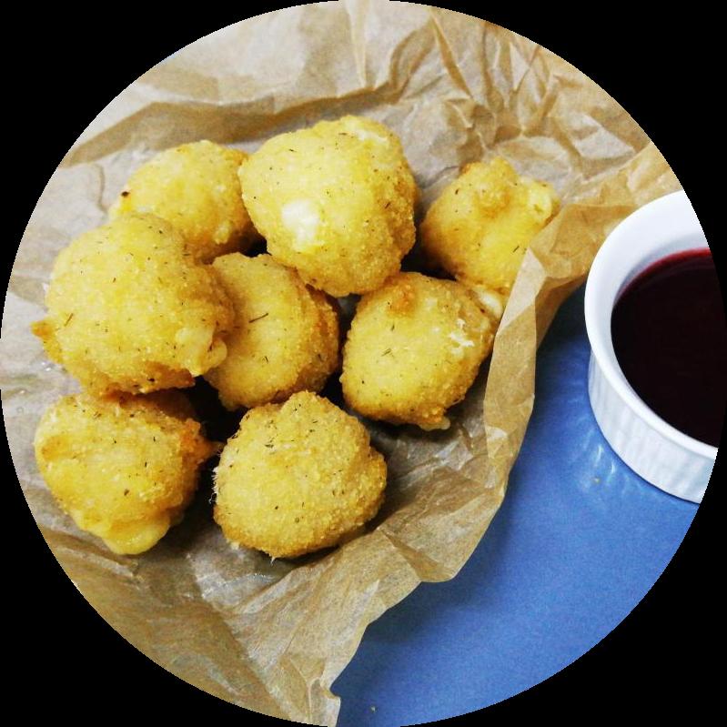 Сырные шарики с брусничным соусом