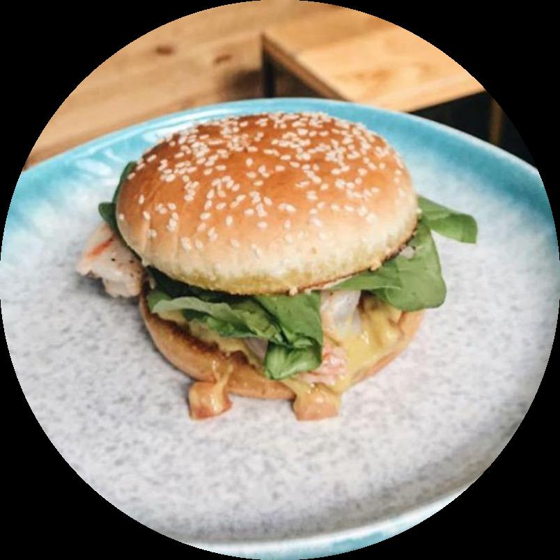 Бургер с креветками и соусом гуакомоле