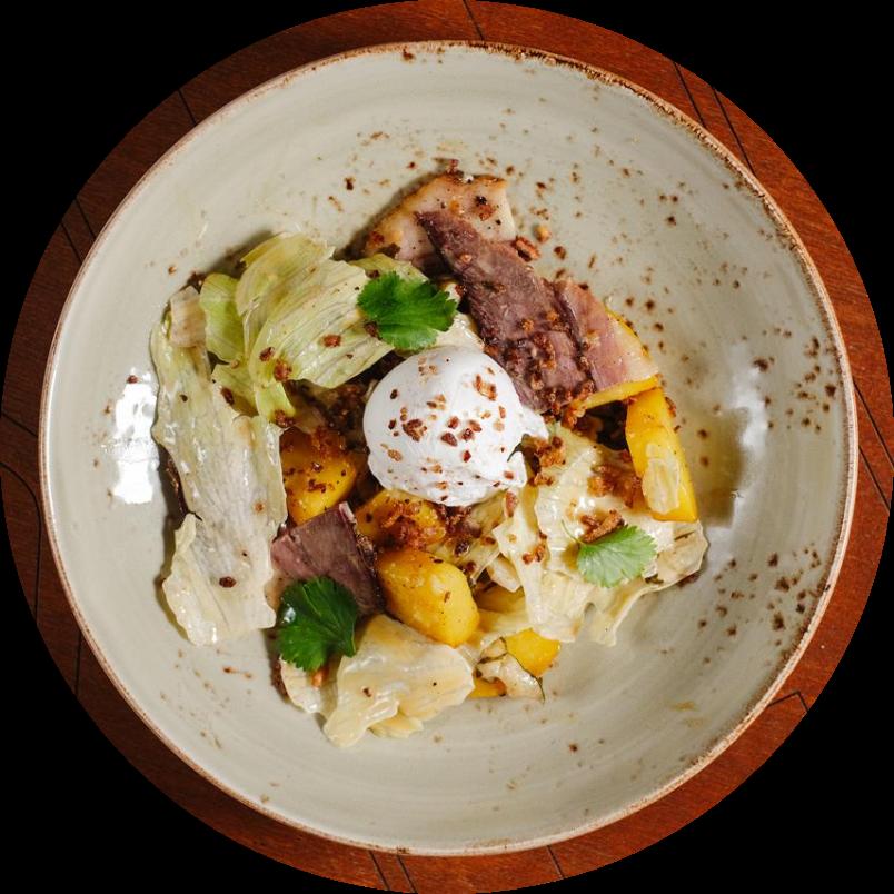 Картофельный салат с брискетом и яйцом пашот