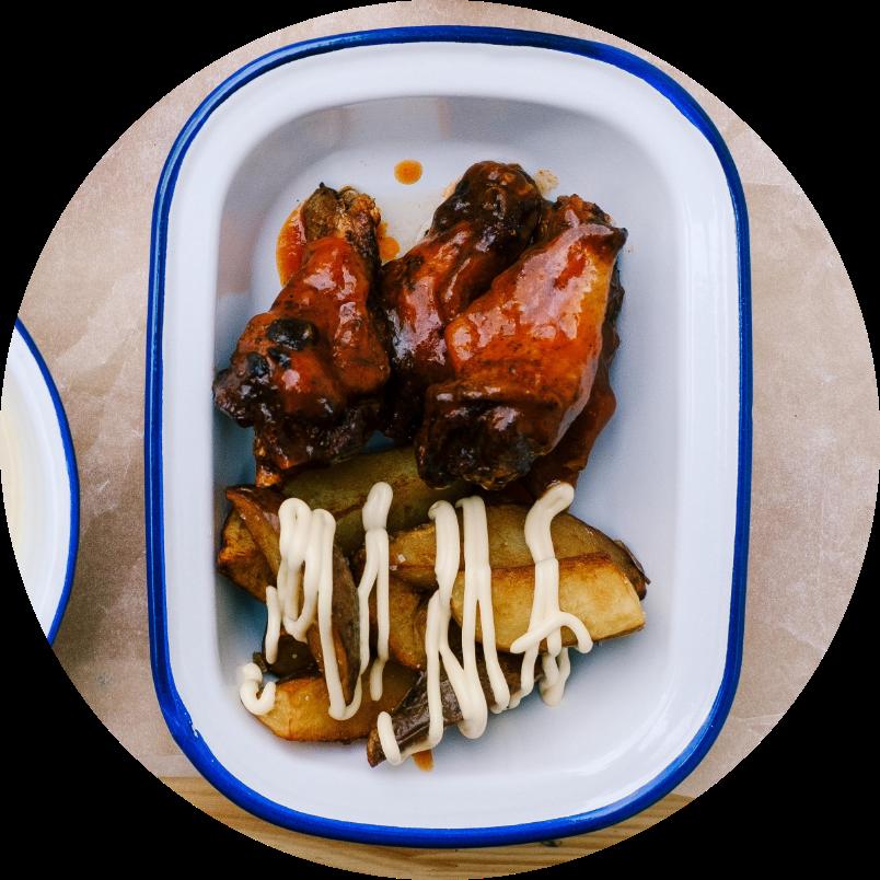 Куриные крылья шрирача с картофелем по-деревенски