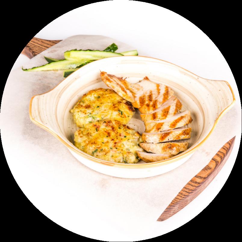 Куриное филе с драниками под соусом из простокваши