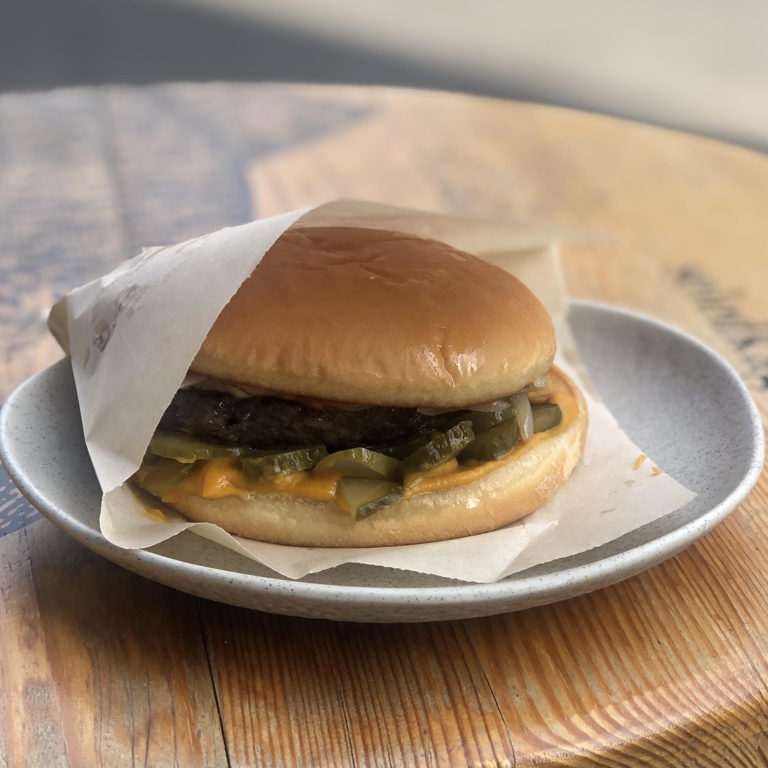 Бургер с говядиной, кремом из тыквы, огурцом и сыром