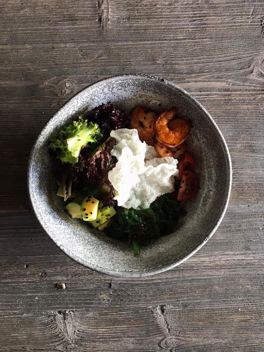 Поке-салат с креветками, авокадо и чуккой